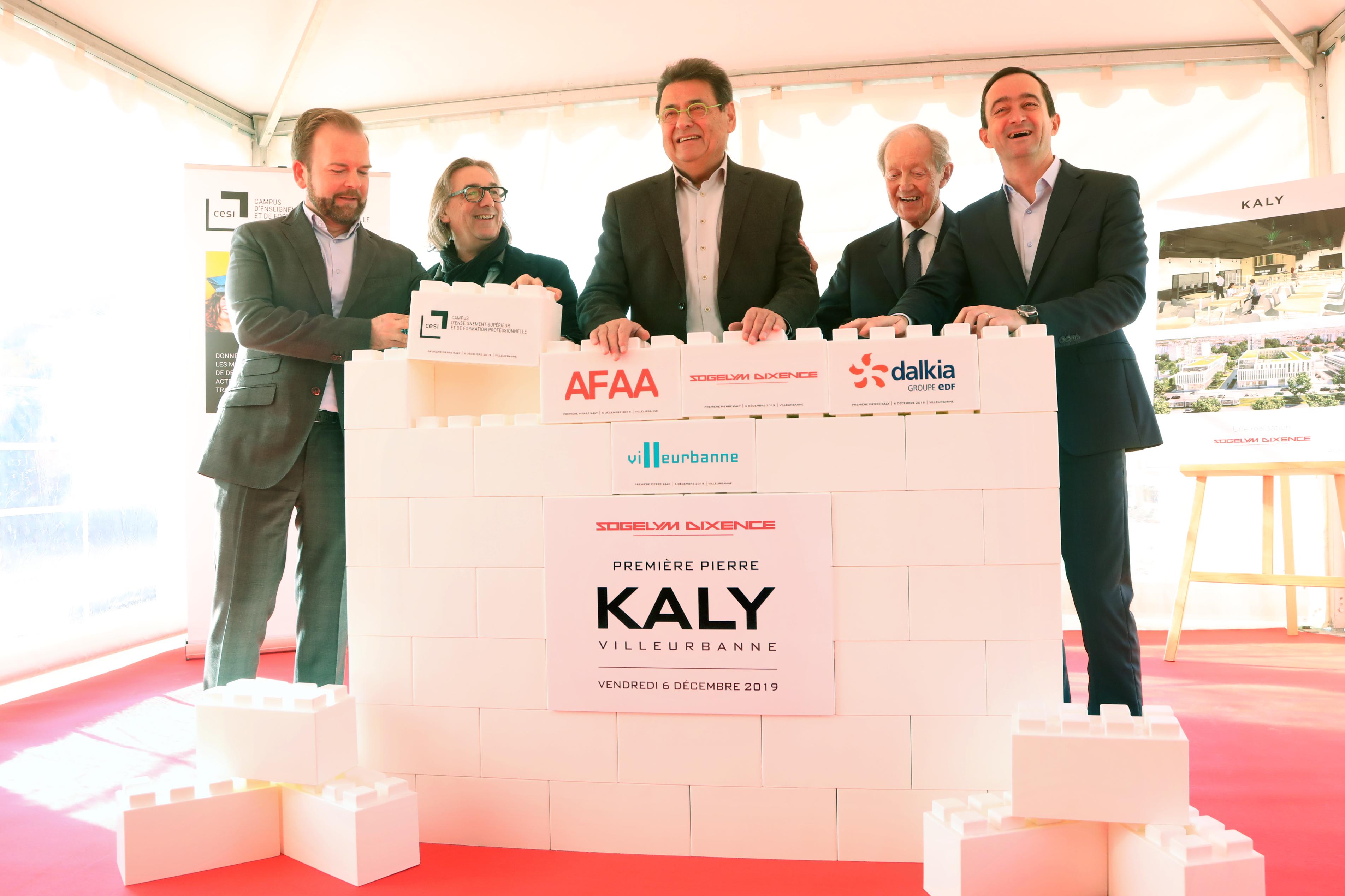 La pose de la première pierre du Kaly, à Villeurbanne, en présence du maire Jean-Paul Bret et des réprésentants de Sogelym Dixence, Dalkia, du cabinet d'architectes AFAA et du campus CESI.
