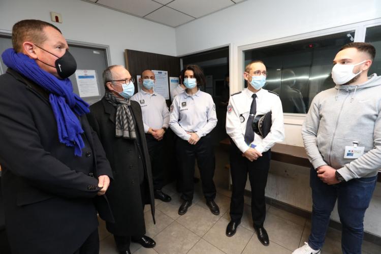 Cédric Van Styvendael au commissariat de Villeurbanne en compagnie du préfet Pascal Mailhos, de la commissaire Sidonie Laroche et du DDSP Nelson Bouard.
