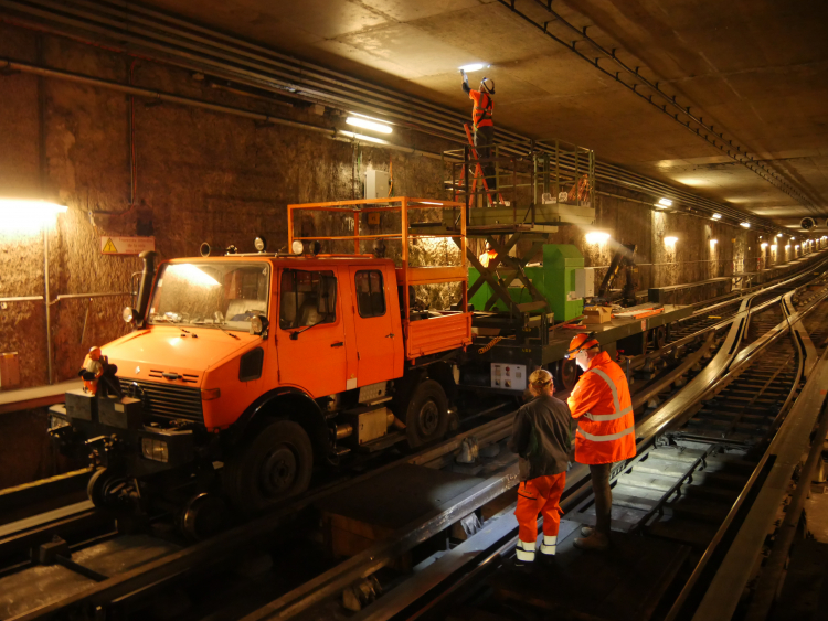 Les travaux de nuit dans le tunnel de métro de la ligne B (photo : Sytral).