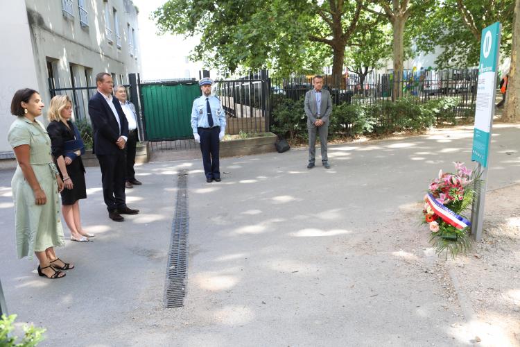 Cédric Van Styvendael, maire de Villeurbanne (au centre), Agnès Thouvenot, première adjointe au maire (à gauche), et Katia Buisson, conseillère municipale déléguée, se sont réunis ce 16 juillet à 11 heures dans le square des Justes