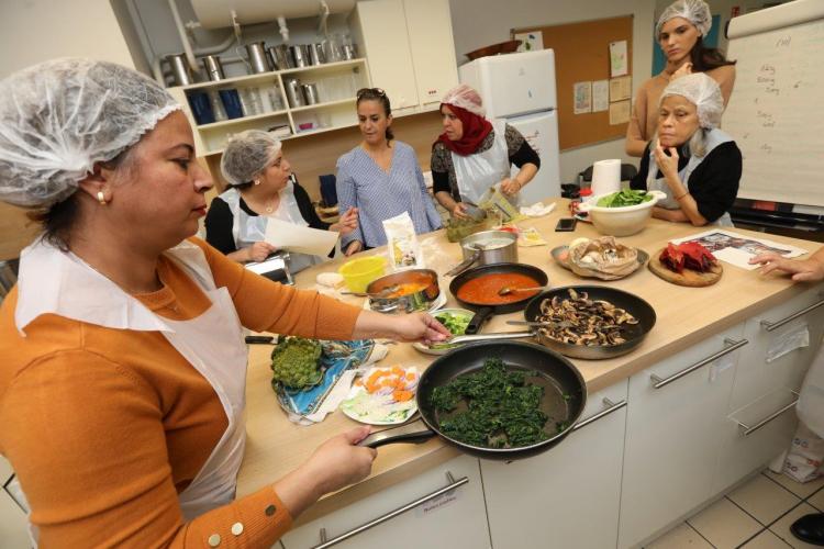 """L'équipe du centre social des Buers se préparent pour le concours """"Générations en cuisine""""."""