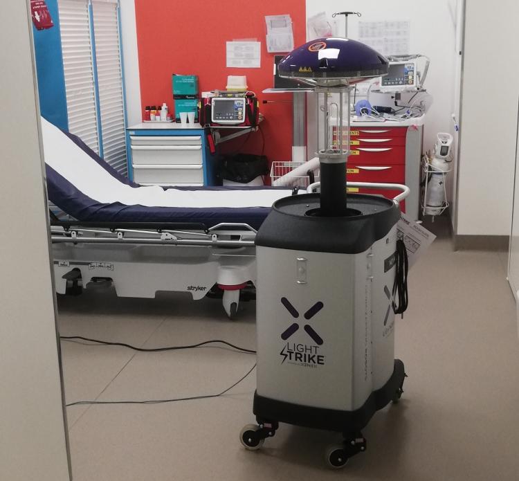 Le robot Xenex nettoie les urgences du Médipôle de Villeurbanne, une première en France.