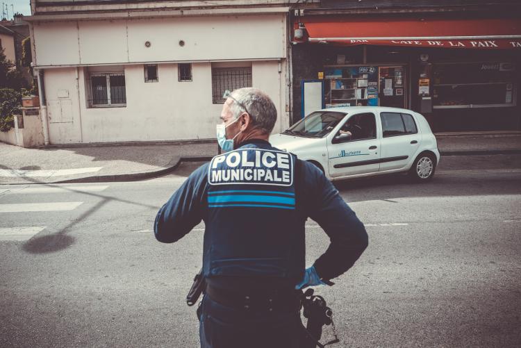 Contrôles de la police municipale de Villeurbanne, rue du 8-Mai-1945.