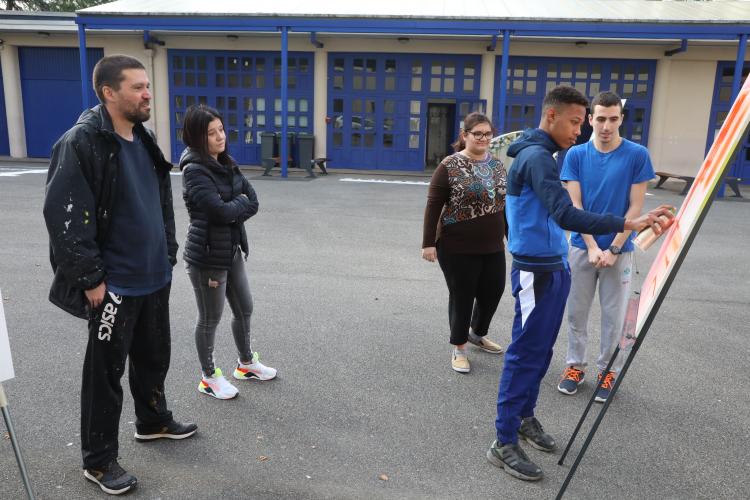 Heta One encadre les élèves dans la cour du lycée Marie-Curie à Villeurbanne.