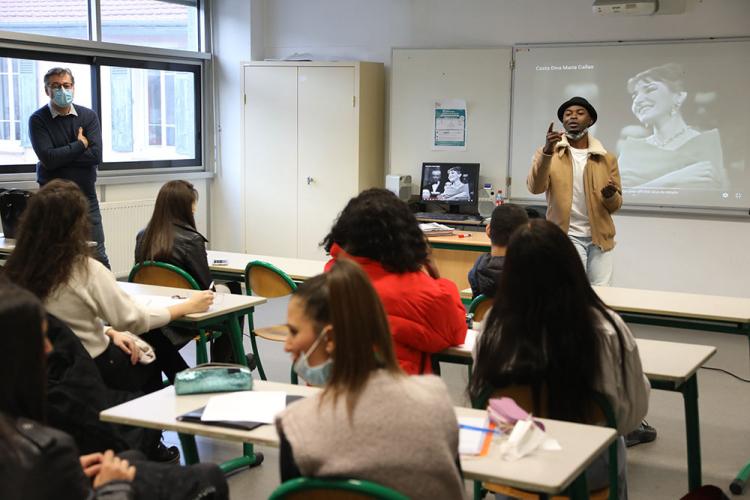 Les élèves du lycée professionnel Magenta à Villeurbanne s'essayent à l'écriture avec l'écrivain, poète et chanteur Gyslain N.