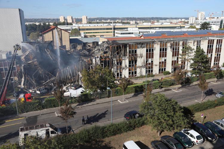 Une partie des locaux de Bel Air Camp après l'incendie.
