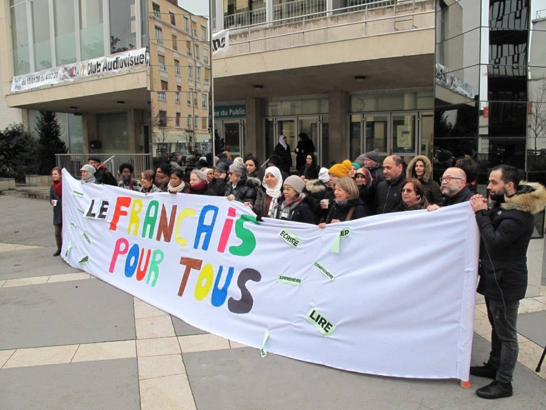 Une soixantaine de personnes se sont réunies mardi 28 janvier devant la CCVA pour défendre le français pour tous.