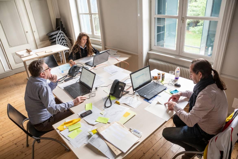 Daniel, Camille et Max-Pol (de gauche à droite) dans leur bureau provisoire de la Maison des Aînés.