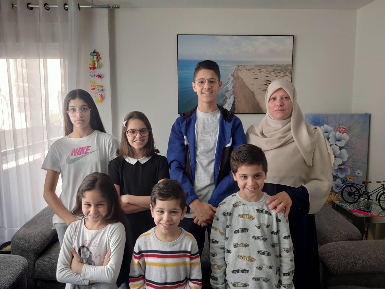 Fouzia est ses enfants Lylia, Myriam, Hamza, Bilal, Sârra et Adem. La photo a été prise par le père, Mourad.