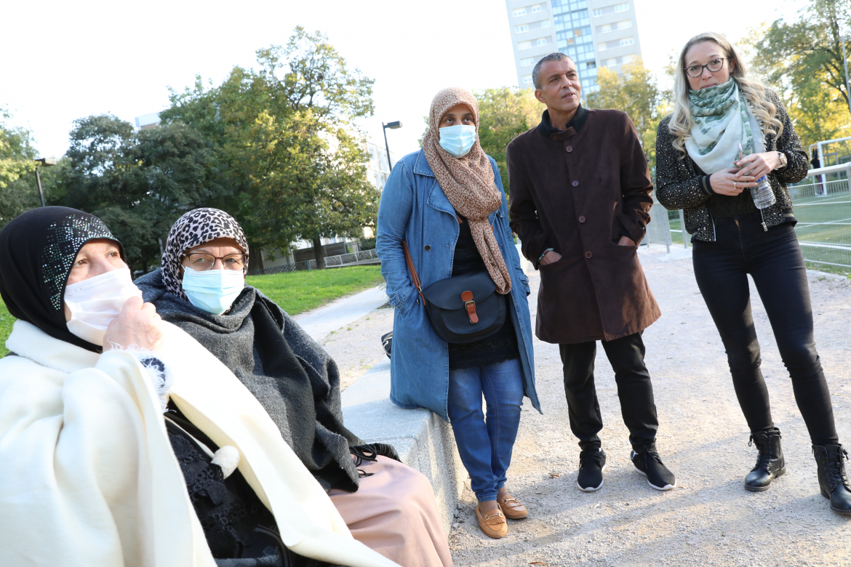 Samira, Wahid et Gaëlle en train d'échanger avec des mamans du quartier Saint-Jean.