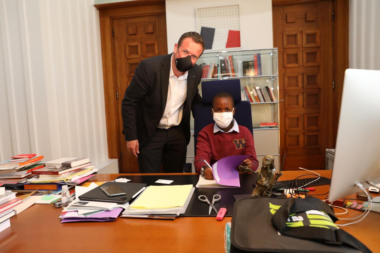 Adam Kabera, 9 ans, au bureau du maire de Villeurbanne Cédric Van Styvendael.