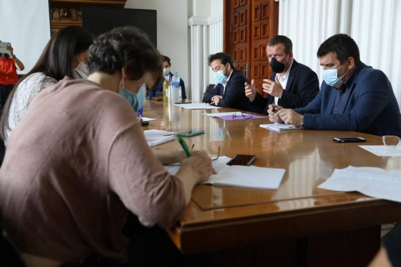 Cédric Van Styvendael, maire de Villeurbanne, entouré de Jonathan Bocquet, adjoint à la Transition démocratique et de Yann Crombecque, adjoint à la Sécurité et à la prévention de la délinquance.