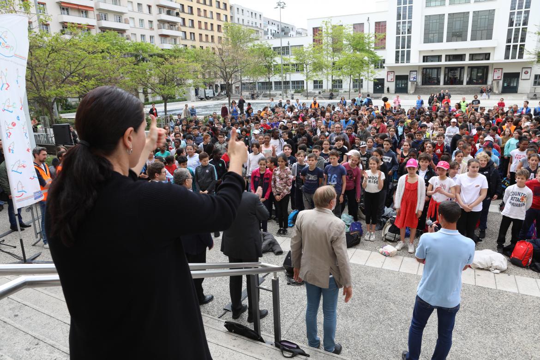 Les enfants se sont regroupés place Lazare-Goujon où ils ont chanté tous ensemble le Chant des Partisans et La Marseillaise.
