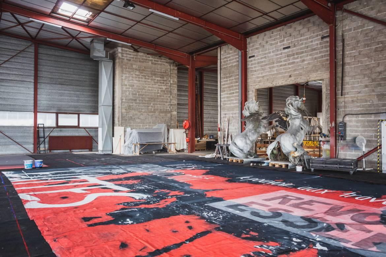 """L'atelier des décors du TNP préparent le prochain spectacle de Jean Bellorini, """"Le jeu des ombres""""."""