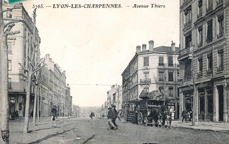 À la frontière de Lyon et Villeurbanne, l'avenue Thiers, sans pavé, accueillait encore des voitures à chevaux il y a un siècle.