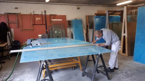 La fabrication des protections en Plexiglass dans les ateliers de la Ville.