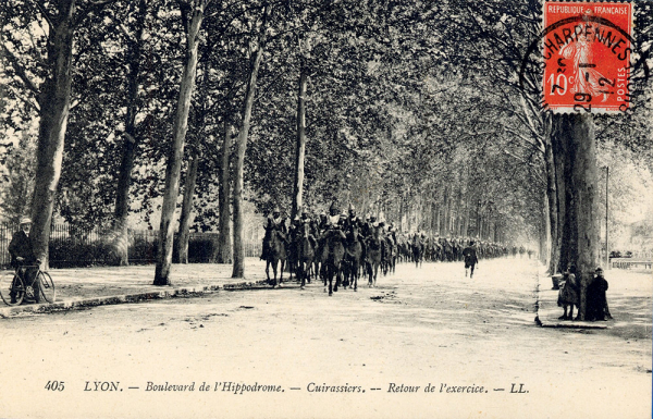 Un régiment de cuirassiers de retour d'exercice emprunte le boulevard de  l'Hippodrome (désormais le boulevard du 11-novembre-1918) aux alentours de 1912.