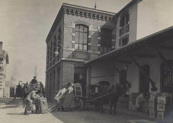 Au début du 20e siècle, c'est la force des chevaux qui tirait les véhicules de transport de marchandises à Villeurbanne. (© DR)