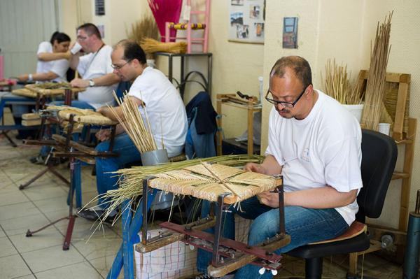 L'atelier de rempaillage de chaises de nos jours.
