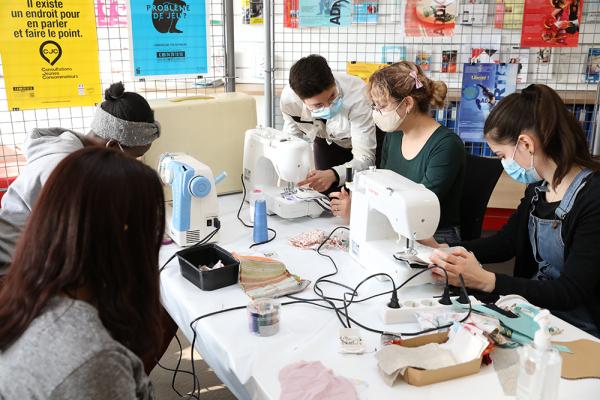 """atelier de fabrication de serviettes hygiéniques organisé au Bureau Information Jeunesse, avec les associations Gaelis et Les serviettes se mettent au vert""""."""