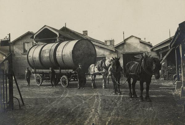 Au début du 20e siècle, c'est la force des chevaux qui tirait les véhicules de transport de marchandises à Villeurbanne.