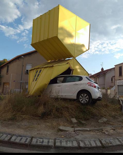 Rond-point de Cusset  « Autour d'un abri jaune ».