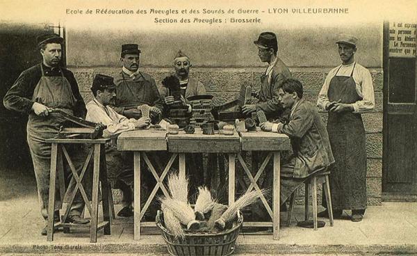 Atelier de fabrication de brosses pendant la Grande Guerre. (©AMV/Le Rize)