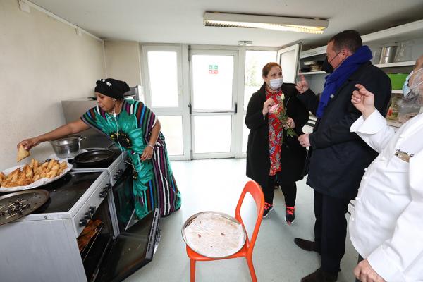 La Ville soutient le projet « Des étoiles et des femmes » de l'association Tissu Solidaire, qui permet aux femmes de passer un CAP cuisine tout en étant accueillies en alternance par des chefs étoilés.