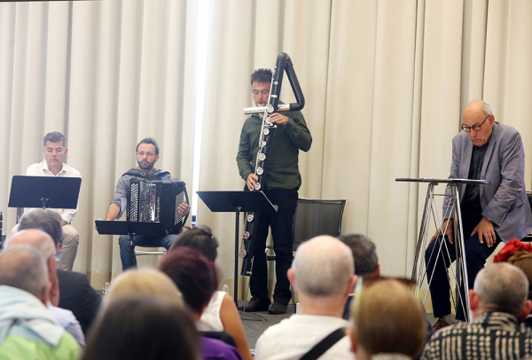 Le comédien Philippe Morier-Genoud a lu des extraits de La liste noire de Varian Fry, accompagné en musique par Xavier de la Selle à la clarinette, Quentin Veyrie à l'accordéon et Fabrice Jünger, à la flûte-contrebasse