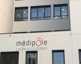 Le message des salariés et de la direction du Médipôle de Villeurbanne s'affiche sur les vitres de l'établissement.