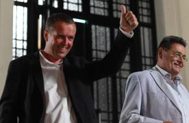 Cédric Van Styvendael, nouveau maire de Villeurbanne, aux côtés de Jean-Paul Bret lors de l'annonce des résultats (photo : Jérémie Morel).