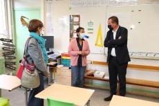 Sonia Tron, adjointe à l'Education (à gauche), et le maire Cédric Van Styvendael en compagnie d'une enseignante de l'école élémentaire Léon-Jouhaux lors de la rentrée.
