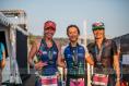 Jeanne Tondut (au centre) remporte son premier Ironman.